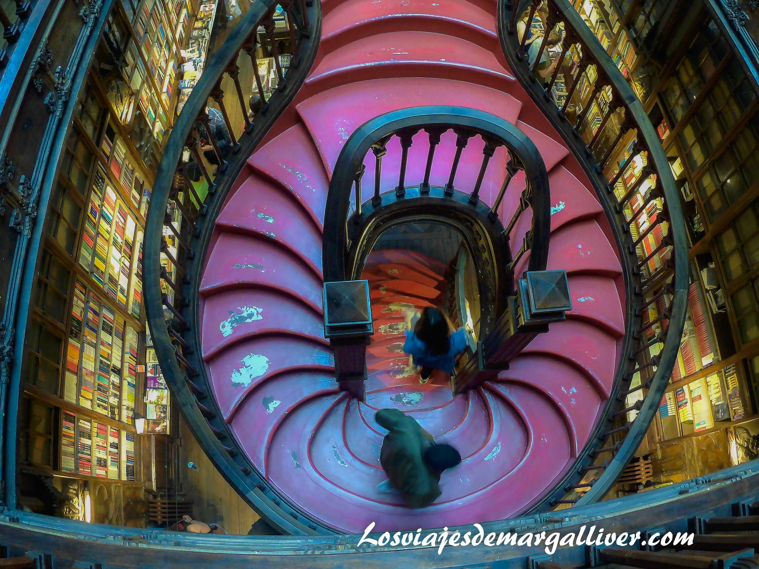 Escalera de la libreria Lello e Irmao en Oporto - Los viajes de Margalliver que ver en Oporto